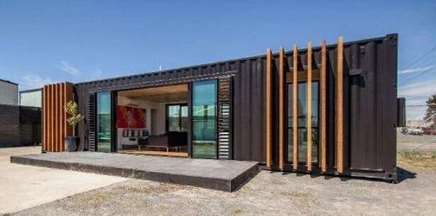 Casa container com frisos de madeira
