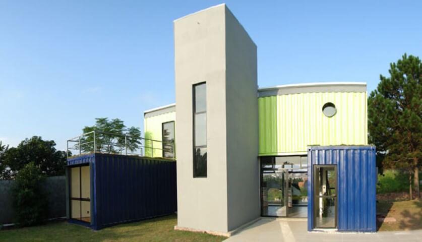 Casa container com parte de alvenaria