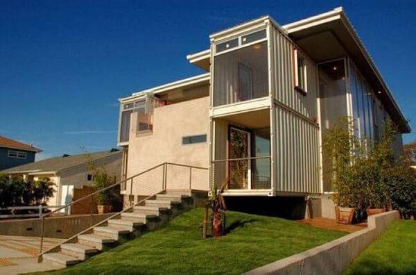 Casa container em terreno com declive