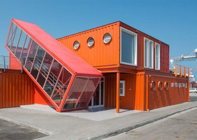Casa container laranja e vermelha