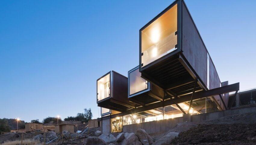 Casa container suspensa sobre estrutura
