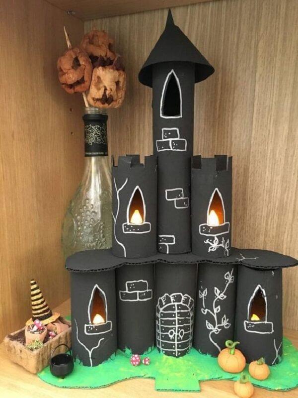 Castelo assombrado feito de artesanato com rolo de papel higiênico. Fonte: Como Fazer em Casa