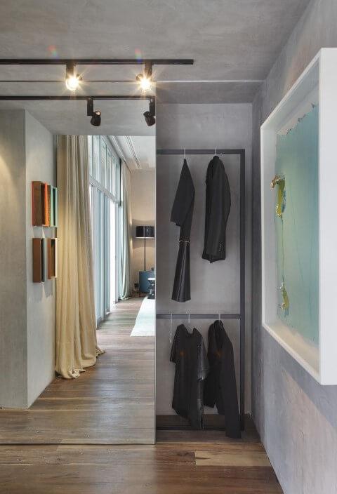 Closet com porta de correr espelhada Projeto de Gisele Taranto