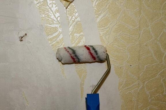 Como tirar papel de parede com água