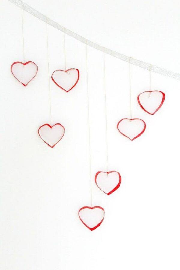 Corações vermelhos foram feitos por meio do artesanato com papel higiênico. Fonte: Pinterest