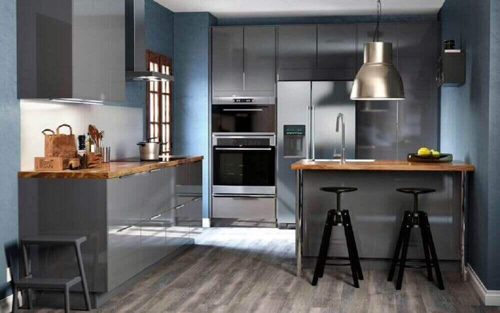 cozinha moderna com grande luminária de metal