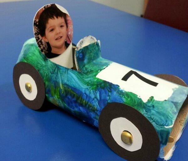 Crie carrinhos personalizados com a foto das crianças por meio do artesanato com rolo de papel higiênico. Fonte: Revista Artesanato