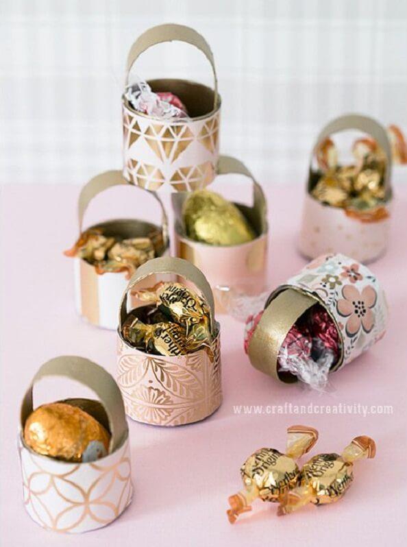 Crie uma cestinha de bombons por meio do artesanato com papel higiênico. Fonte: Pinterest
