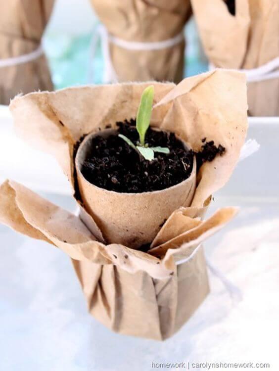 Crie vasinhos com artesanato com rolo de papel higiênico. Fonte: Pinterest