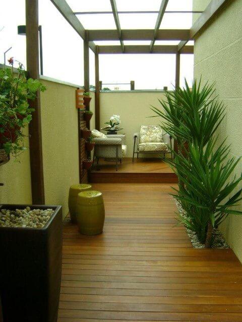 Deck de madeira em corredor Projeto de MC3 Arquitetura