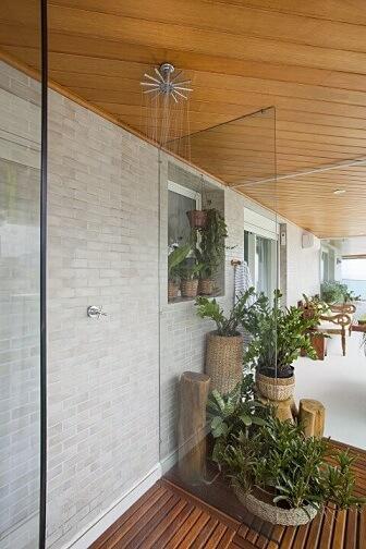 Deck de madeira na ducha na varanda Projeto de Korman Arquitetos