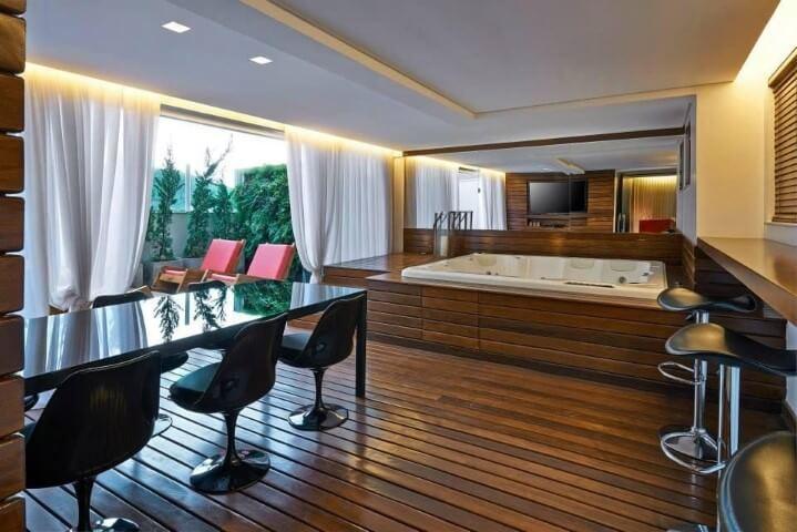 Deck de madeira na sala de banho Projeto de Cassio Diniz