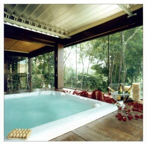 Deck de madeira na sala de banho Projeto de Gislene Lopes