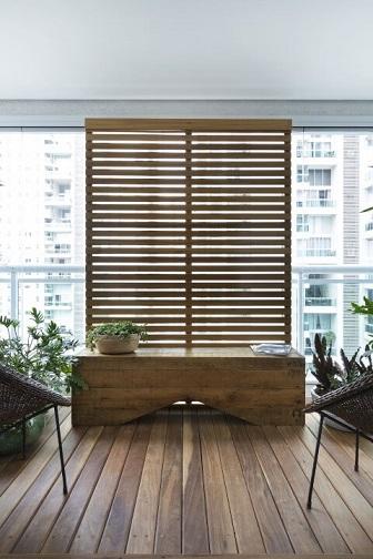 Deck de madeira na varanda com aparador de madeira Projeto de Studio Gppa