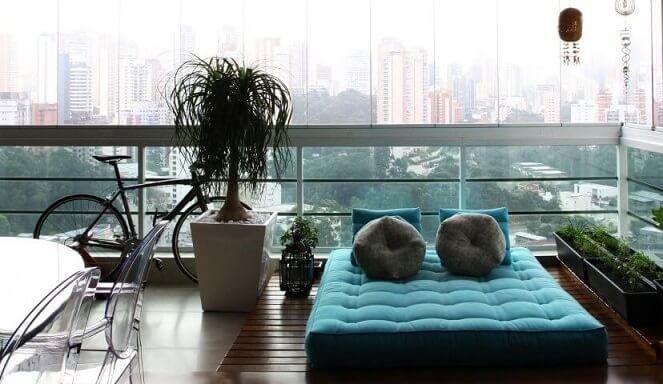 Deck de madeira na varanda com futon Projeto de Anna Paula Moraes