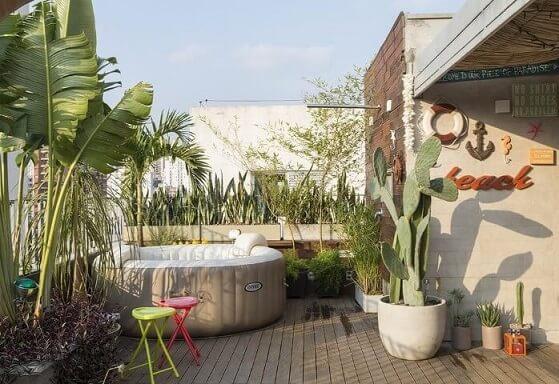 Deck de madeira no quintal Projeto de Eliane Mesquita