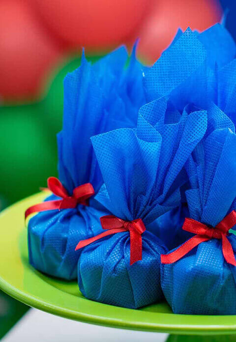 Decoração de aniversário lembrancinha em TNT E fita