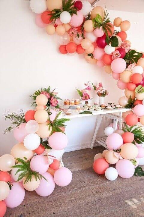 Decoração de aniversário simples com arranjo de balões