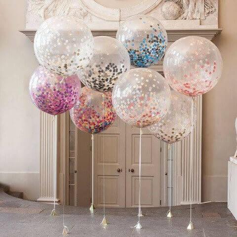 Decoração de aniversário simples com balões com confetes dentro