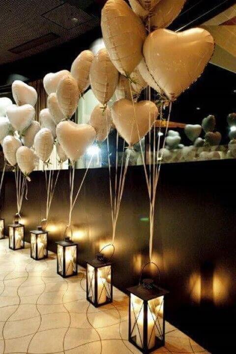 Decoração de aniversário simples com balões de coração