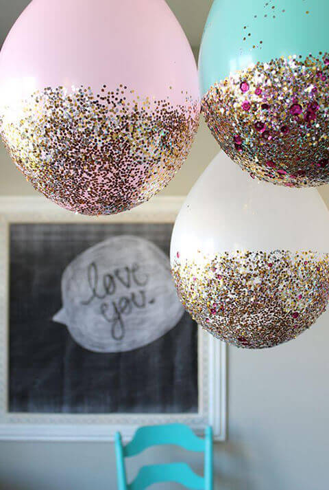 Decoração de aniversário simples com balões e purpurinas coladas