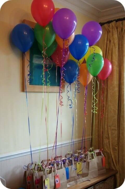 Decoração de aniversário simples com balões nas lembrancinhas