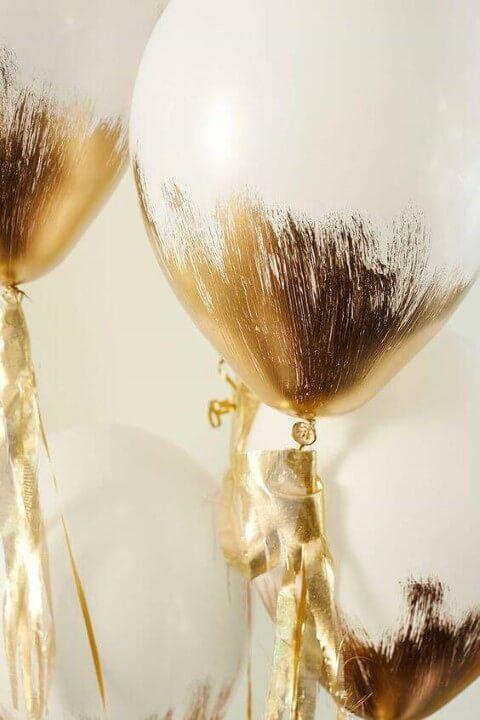 Decoração de aniversário simples com balões pintados de dourado