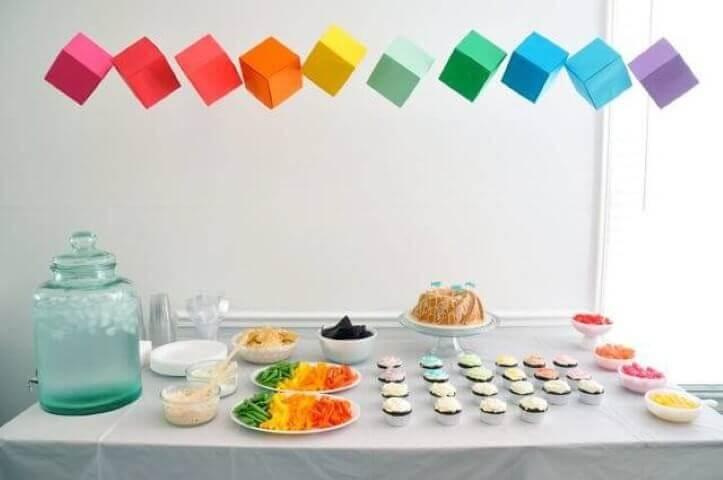 Decoração de aniversário simples com cubos coloridos de papel