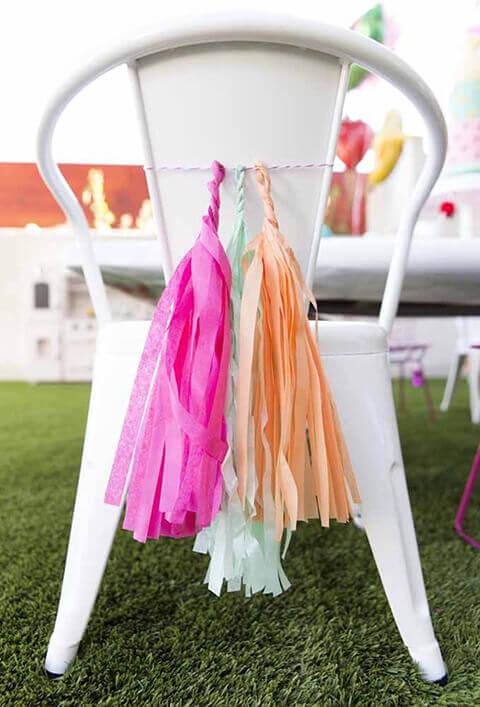 Decoração de aniversário simples com detalhes coloridos em cadeira