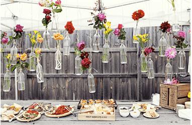 Decoração de aniversário simples com garrafas e flores
