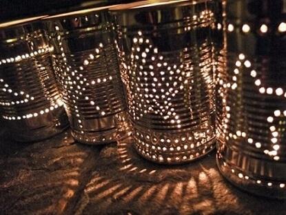 Decoração de aniversário simples com latas de alumínio como luminárias