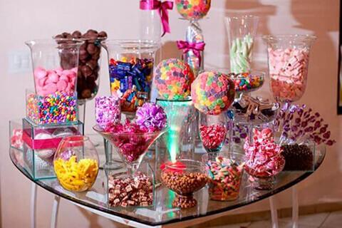 Decoração de aniversário simples com mesa de doces