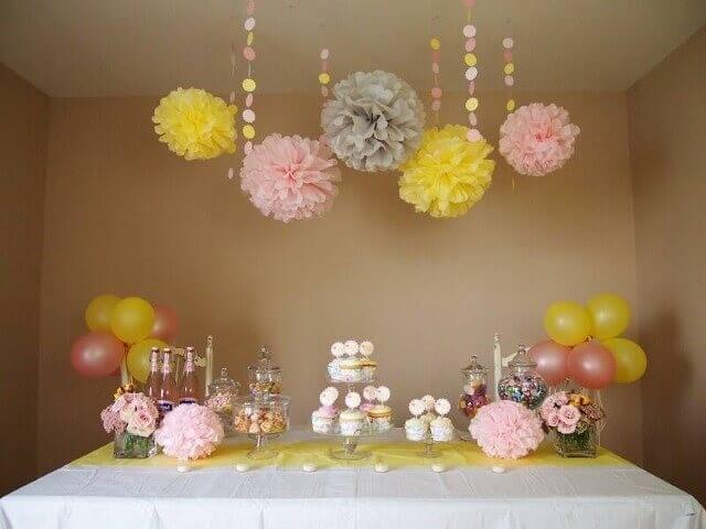 Decoração de aniversário simples com mesa simples