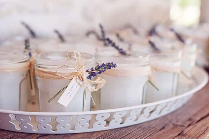 Decoração de aniversário simples com potinhos com velas