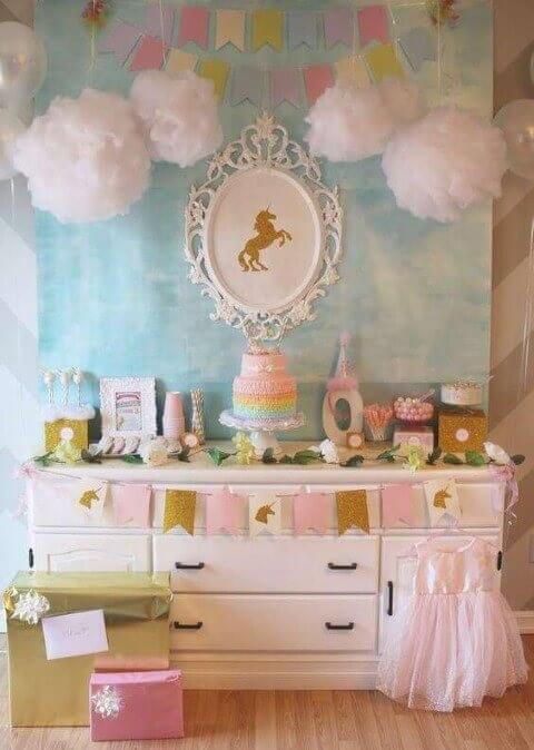 Decoração de aniversário simples com tema de unicórdnio e mesa na cômoda