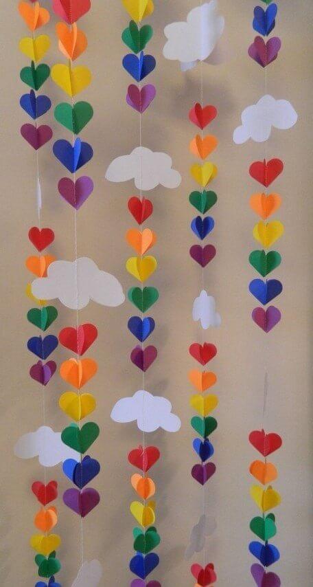 Decoração de aniversário simples com varal de enfeites de papel