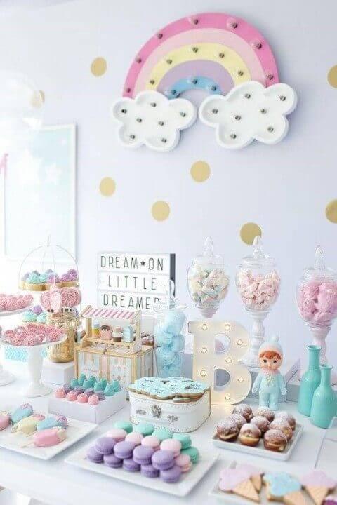Decoração de aniversário simples em tons pasteis