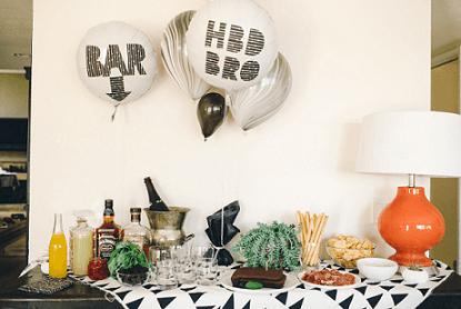 Decoração de aniversário simples masculino com mesa com bebidas e snacks