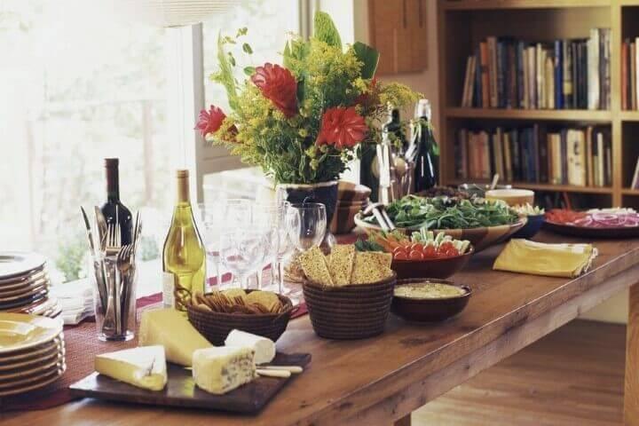 Decoração de aniversário simples masculino com mesa de snacks