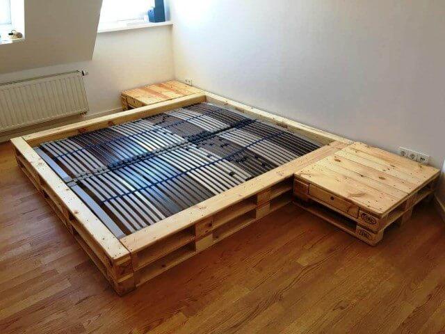 Estrutura de cama de pallet com criados-mudos