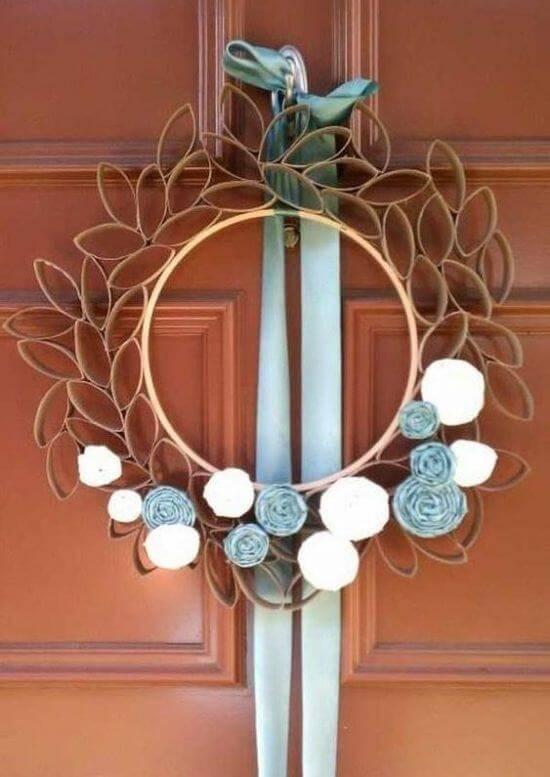 Guirlanda simples e criativa feito de artesanato com papel higiênico. Fonte: Pinterest