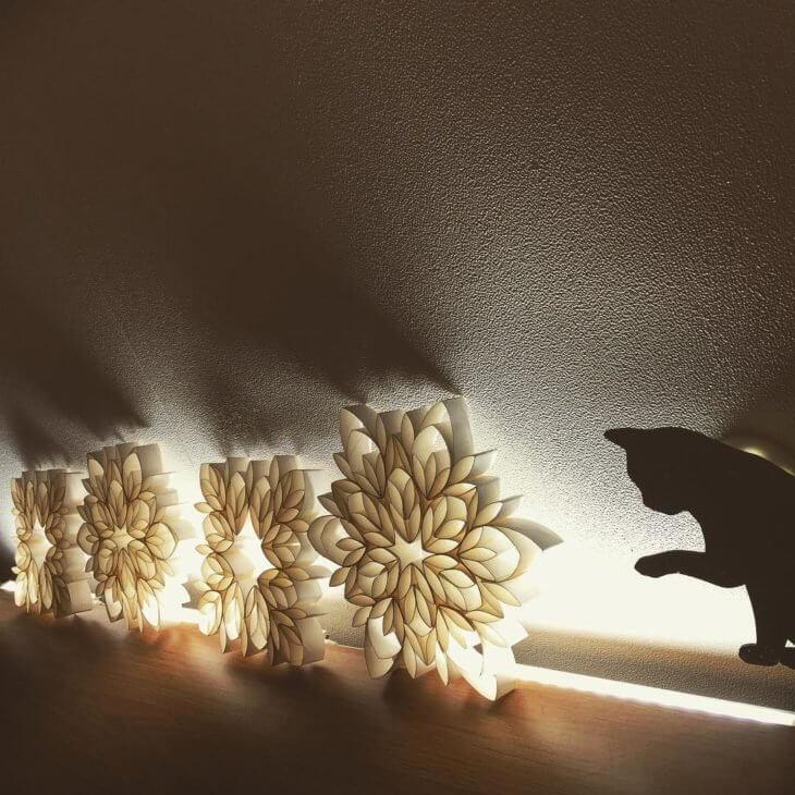 Luminárias ousadas feitas com rolo de papel higiênico. Fonte: Noriko522