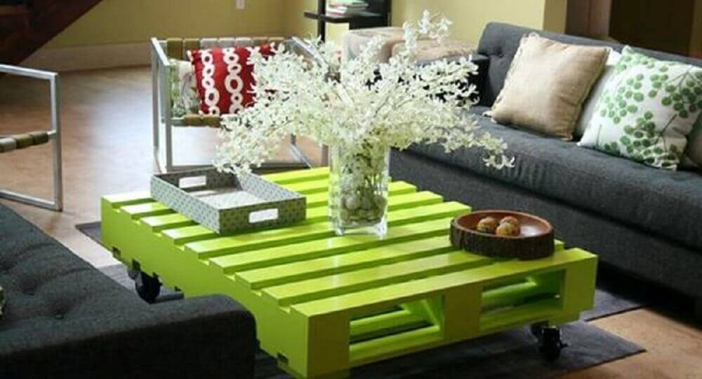 Mesa de centro de pallet pintada verde