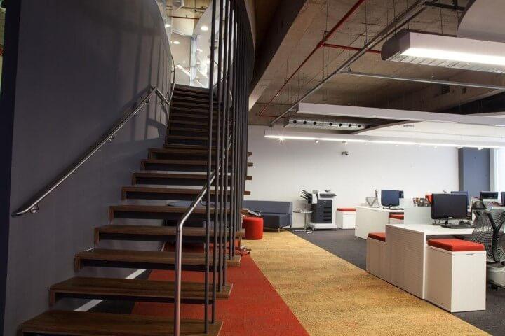 Modelos de escadas circular de madeira com corrimão de alumínio Projeto de Artiun Arquitetura