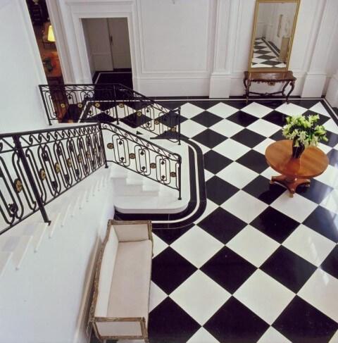 Modelos de escadas em L com corrimão de ferro Projeto de Roberto Migotto
