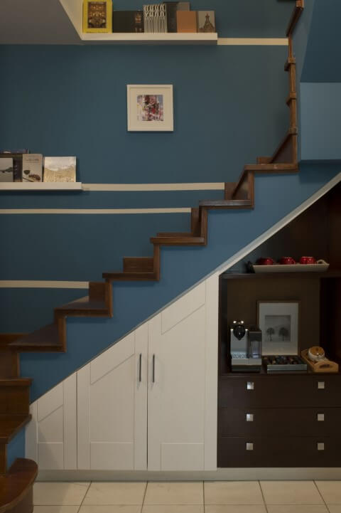 Modelos de escadas em L com degraus em madeira Projeto de Cristina Lembi
