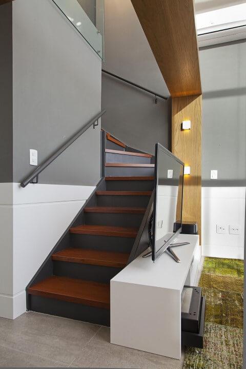 Modelos de escadas em L com espelhos cinzas Projeto de Joana e Manoela