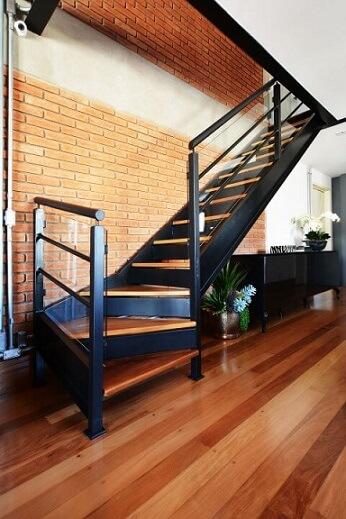 Modelos de escadas em L com estrutura metálica Projeto de Zark Studio Lab