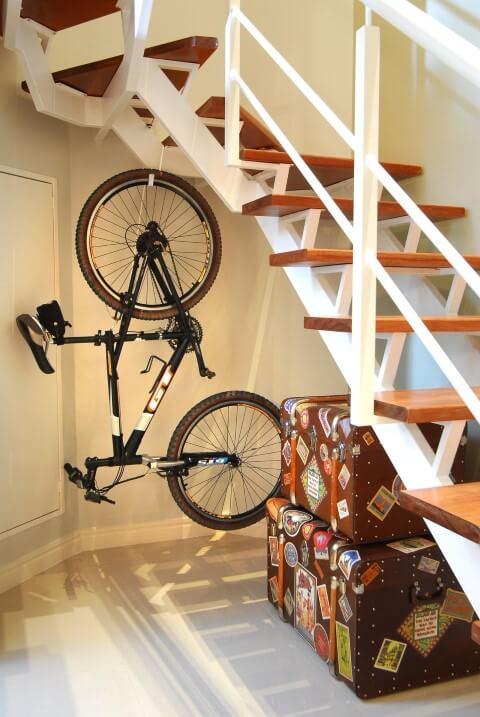 Modelos de escadas em L com vão aproveitado Projeto de Flavia Portela