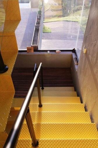 Modelos de escadas em U amarela Projeto de Flavia Medina